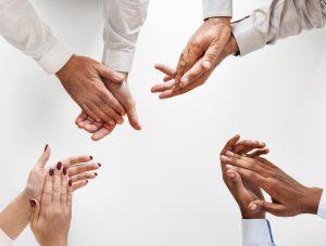 Photo de quatre mains qui applaudissent