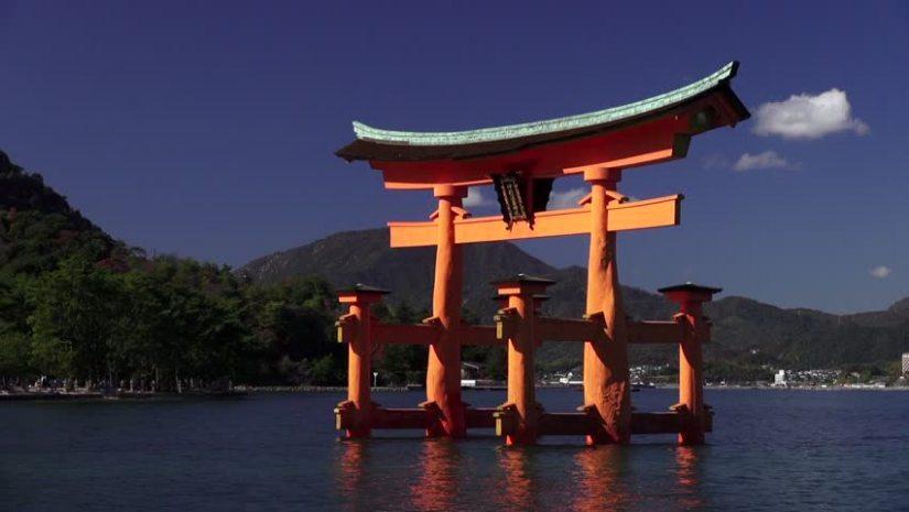Photo d'un temple shinto japonais au milieu de l'eau