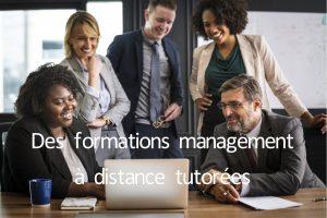 Photo d'un groupe de manager devant un ordinateur