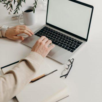Photo de mains sur clavier d'un ordinateur portable