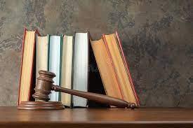 Photo Marteau juge devant des livres