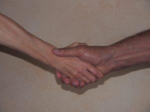 Photo de deux mains qui se serrent