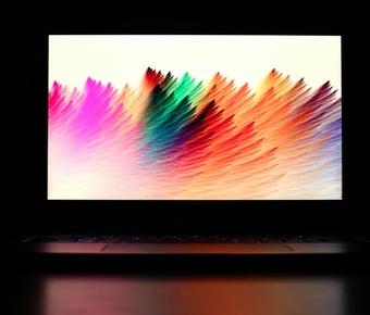 Ecran d'ordinateur portable avec une représentation colorée en vagues modernes