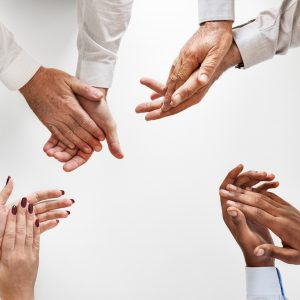 Photo de quatre paires de mains en train d'applaudir