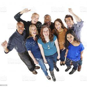 Photo d'un groupe de personnes souriantes